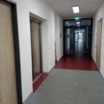 Ansicht des Flures mit Lastenaufzug. Blick in Richtung Foyer.