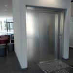 Blick auf den Personenaufzug im Foyer.