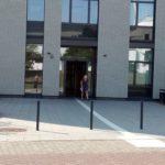 Blick auf den Haupteingang und Leitstreifen Biozentrum I