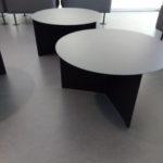 Ansicht der Tische in den Sitzbereichen.