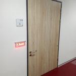 Aussenansicht der Tür der barrierefreien Toilette mit besetztzeichen.